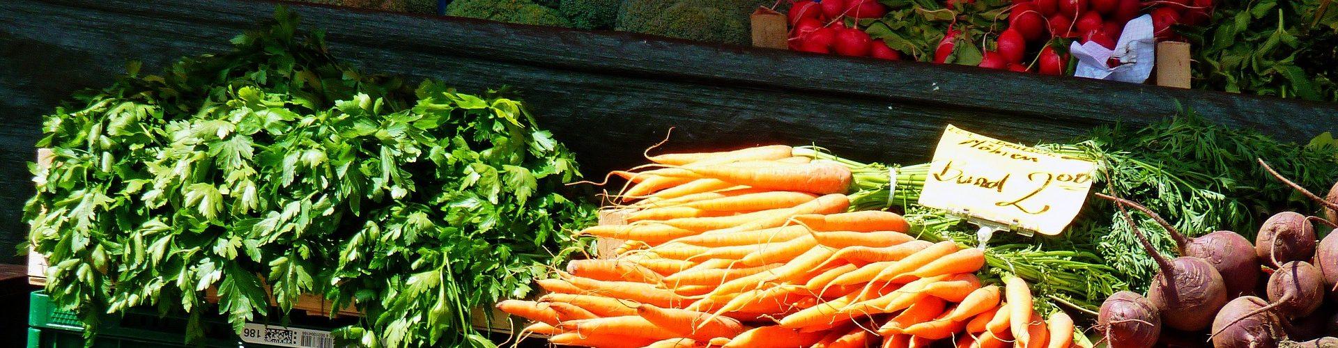 Unser Marktstand an der Stadtkirche in Offenburg bietet Ihnen frisches Obst und Gemüse.